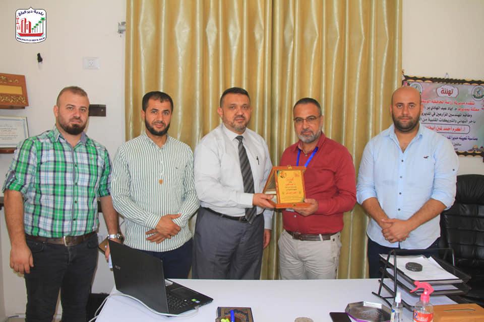 رئيس بلدية دير البلح يقدم التهنئة لمدير مديرية مكتب العمل بالمنصب الجديد