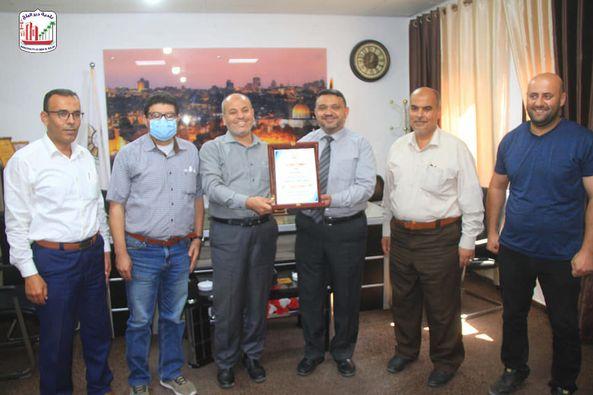 بلدية دير البلح تبحث اجراءات استملاك قطعة أرض لإنشاء مقبرة للمدينة مع سلطة الأراضي