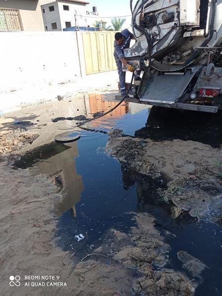 جانب من أعمال تسليك مناهل الصرف الصحي بمناطق متفرقة بالمدينة