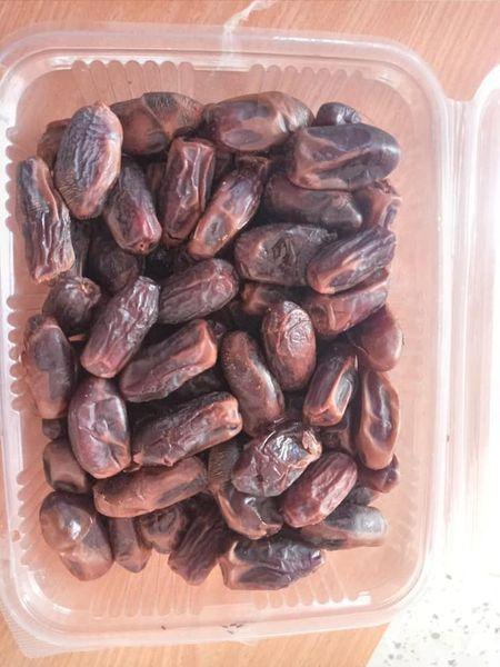 بلدية دير البلح تتلف العديد من المواد الغذائية الفاسدة خلال جولاتها المستمرة