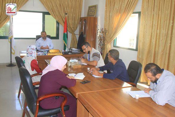 بلدية دير البلح تبحث تنفيذ مبادرة استبدال المكبات العشوائية بمساحات خضراء في محيط مدرسة عبد الله بن