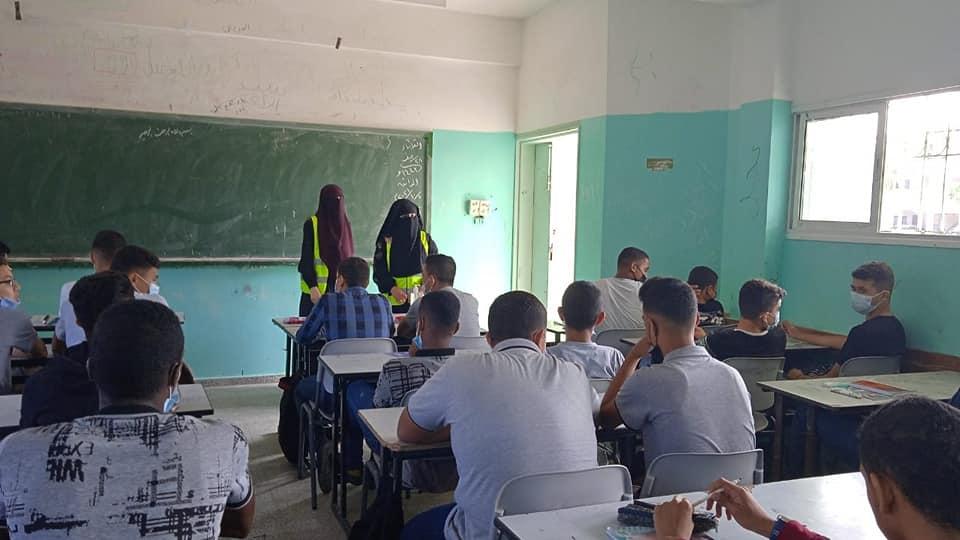 بلدية دير البلح تنفذ لقاءات توعية حول فيروس كورونا وتعزيز اجراءات السلامة بمدارس المدينة