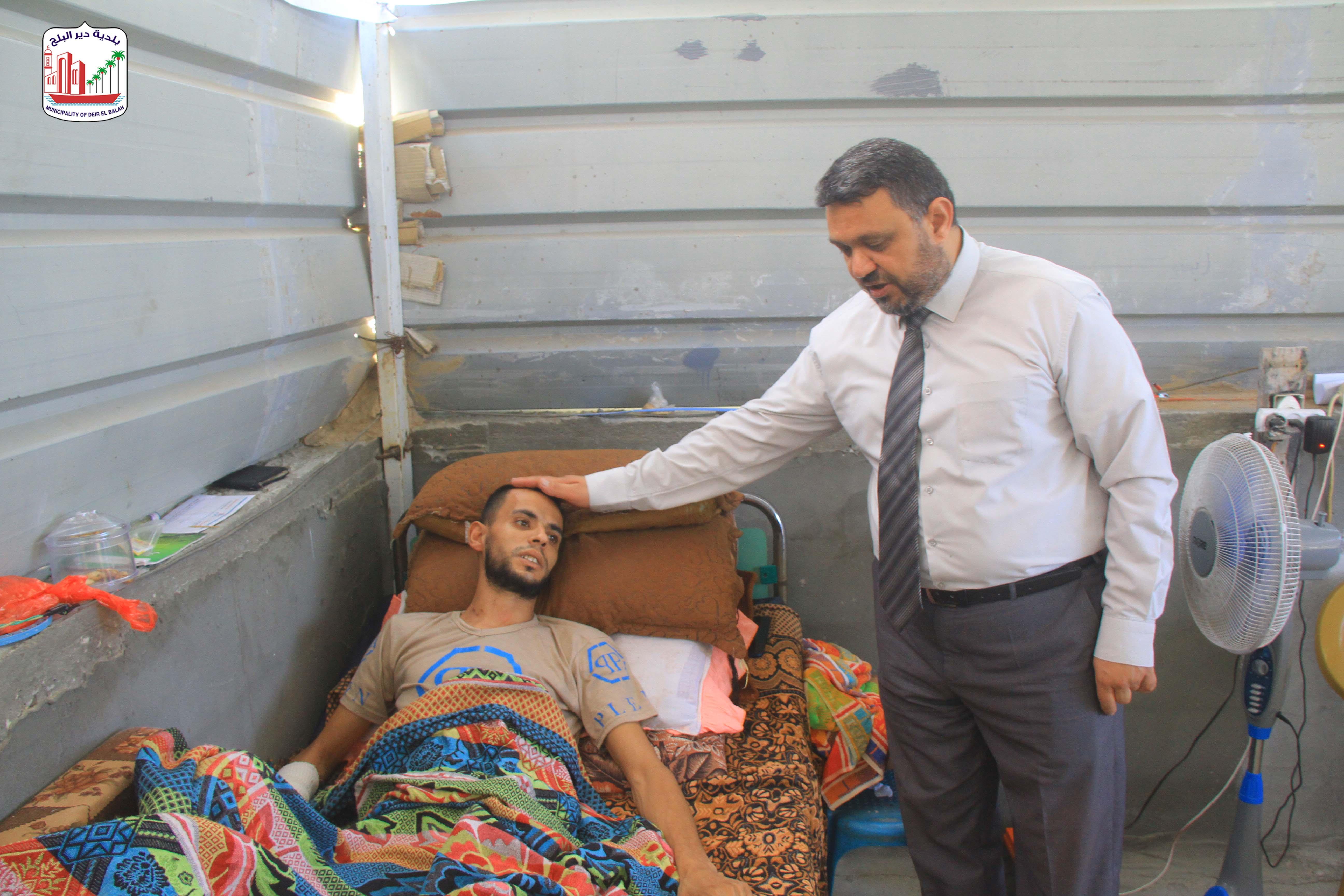 رئيس بلدية دير البلج يزور جرحى سيف القدس من أبناء المدينة