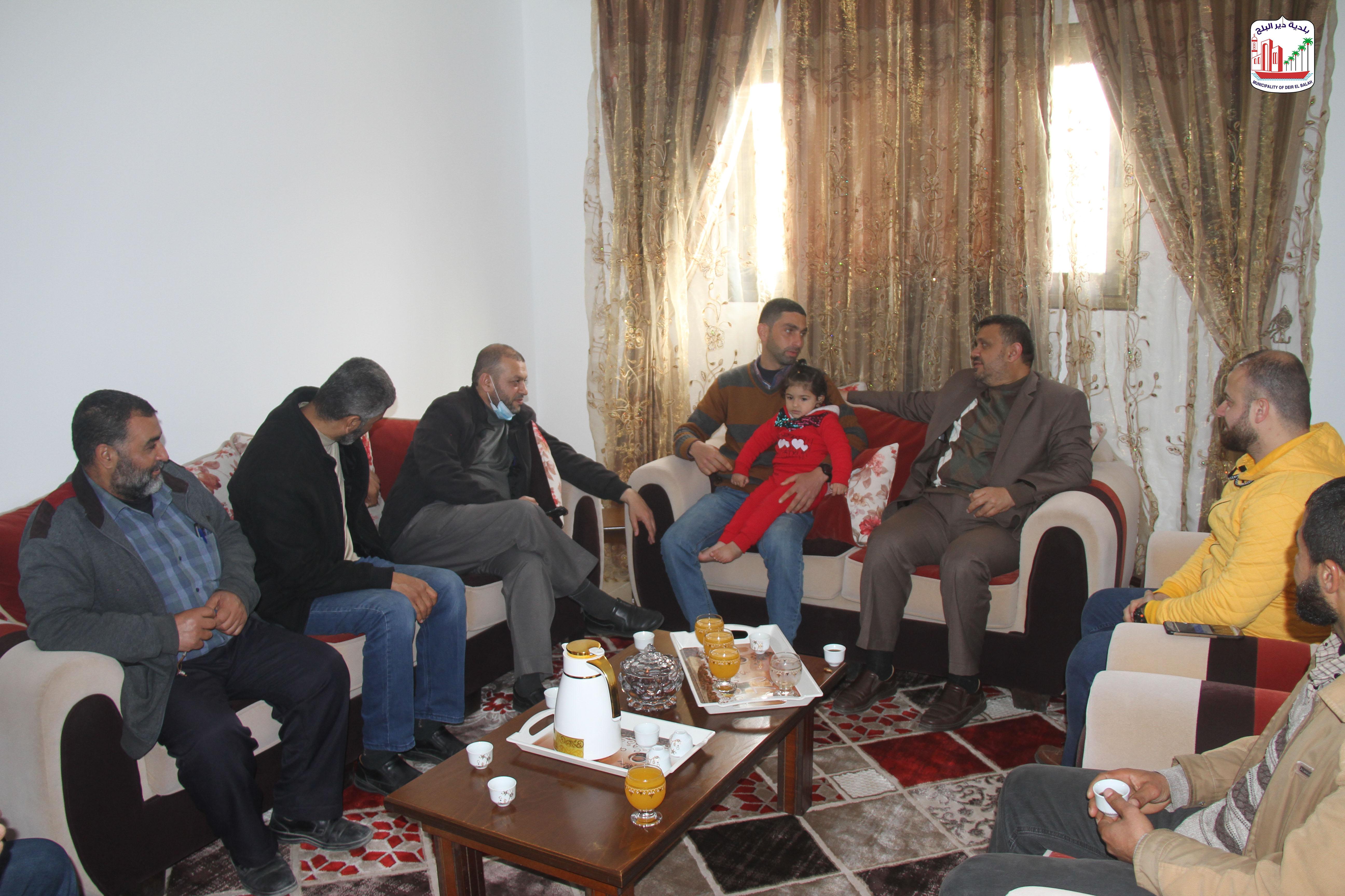 رئيس البلدية  يرافقه عدد من الموظفين خلال زيارته لموظفي البلدية ومشاركتهم مناسباتهم