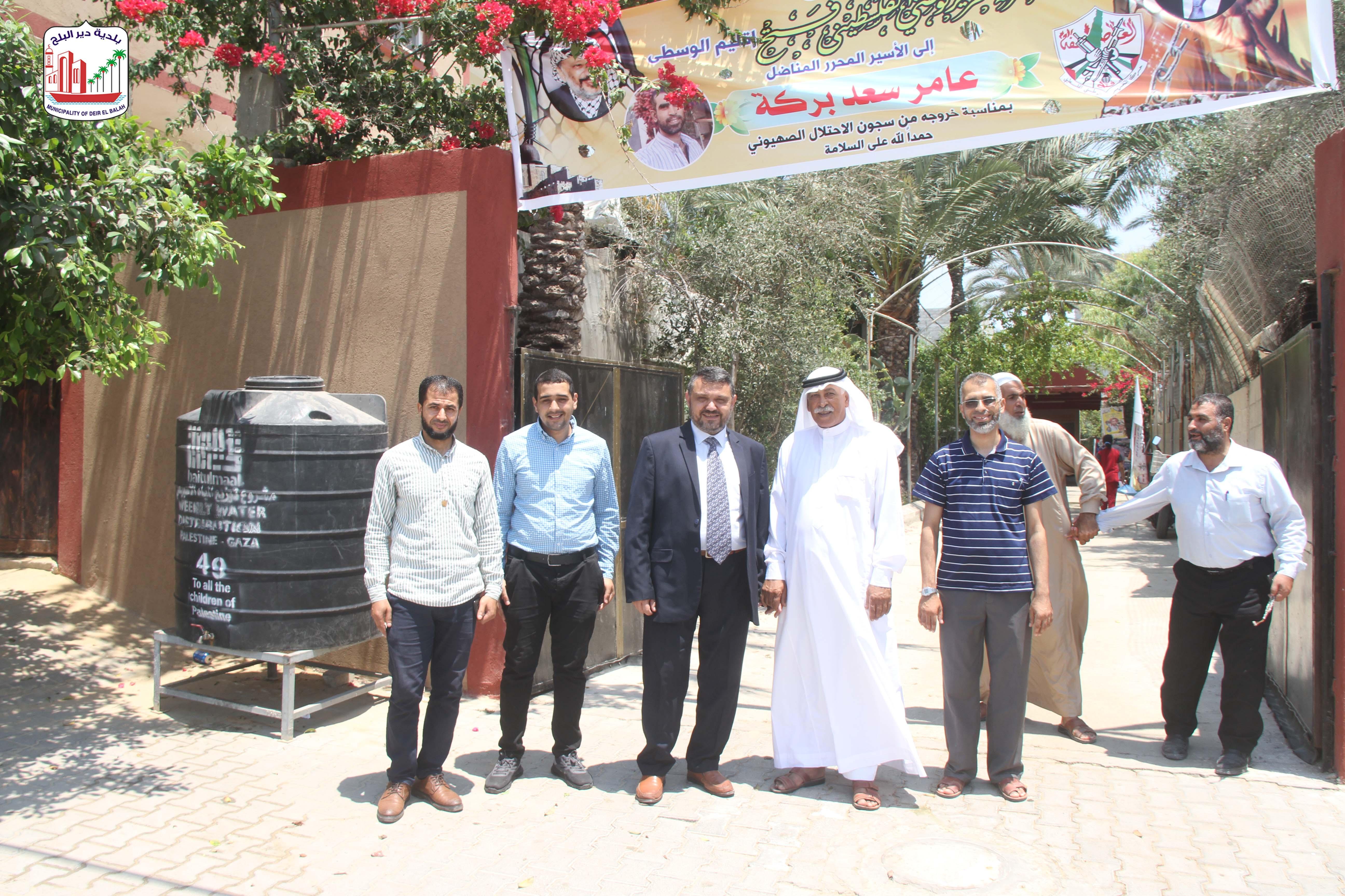 رئيس بلدية دير البلح يهنأ الاسير عامر سعد بركة بالإفراج عنه من سجون العدو