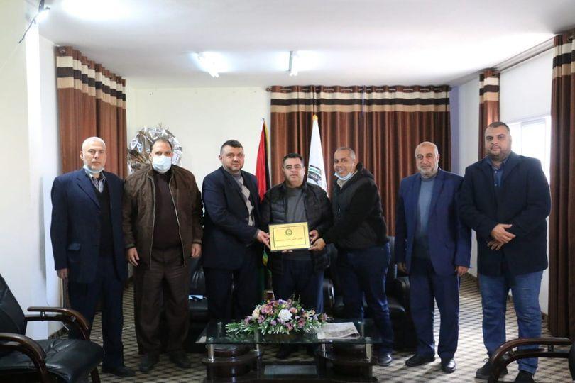 رئيس بلدية دير البلح يتسلم الدفعة الثانية المخصصة لإقامة مبنى ومرافق نادي اتحاد دير البلح