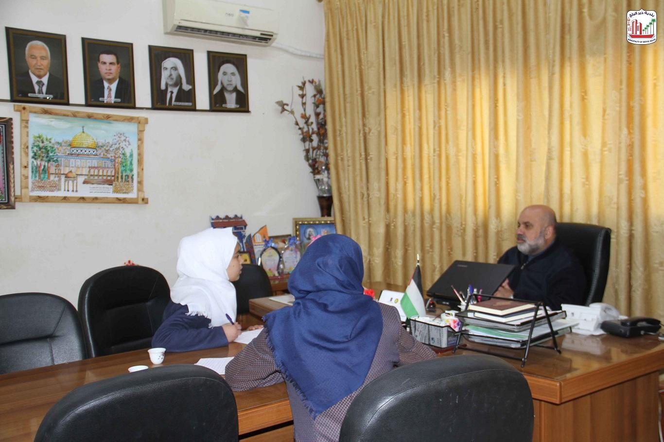 رئيس البلدية لدى استقباله طالبات مسابقة