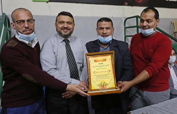 رئيس بلدية دير البلح يشارك بتتويج نادي اتحاد شباب دير البلح ببطولة كأس المحافظات الجنوبية لكرة اليد