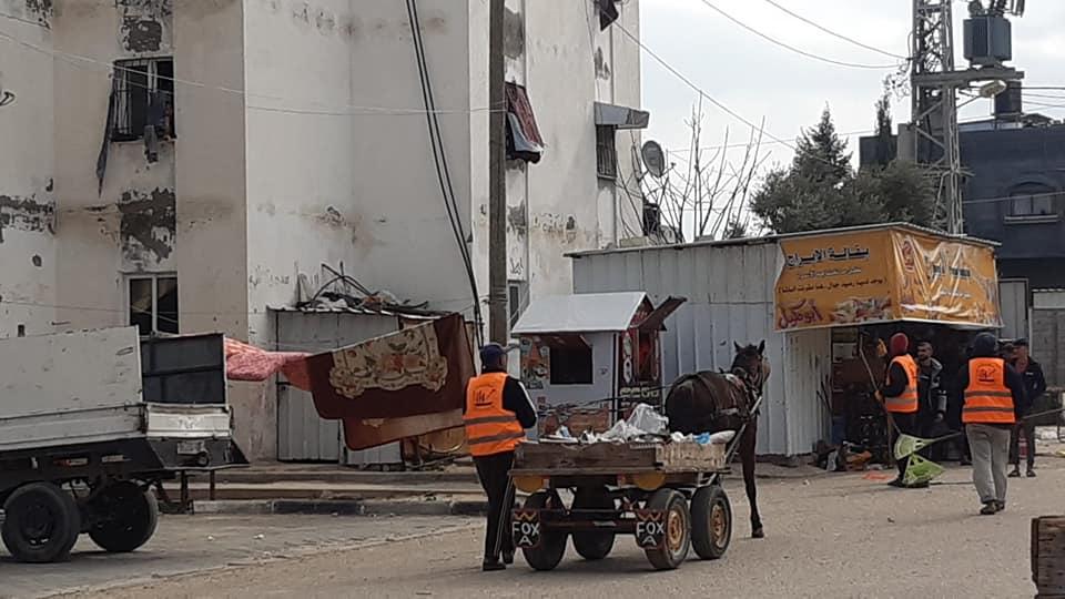 بلدية دير البلح تنفذ حملة نظافة بمناطق بمتفرقة بالمدينة