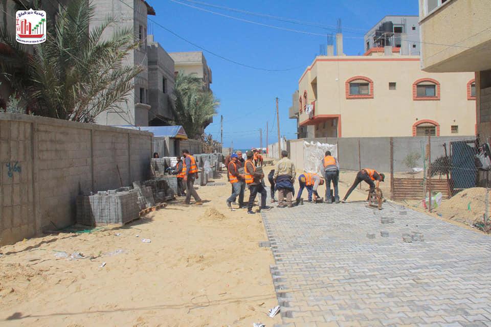 استمرار العمل بمشروع تبليط شوارع متفرقة بدير البلح وإنجاز 80% من مراحله