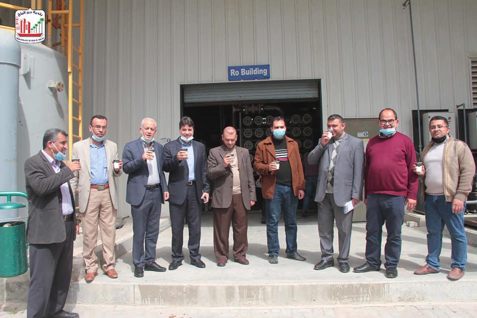 بلدية دير البلح تبدأ بضخ المياه المحلاة لخزانات المدينة وتوزيعها على الأحياء والمناطق
