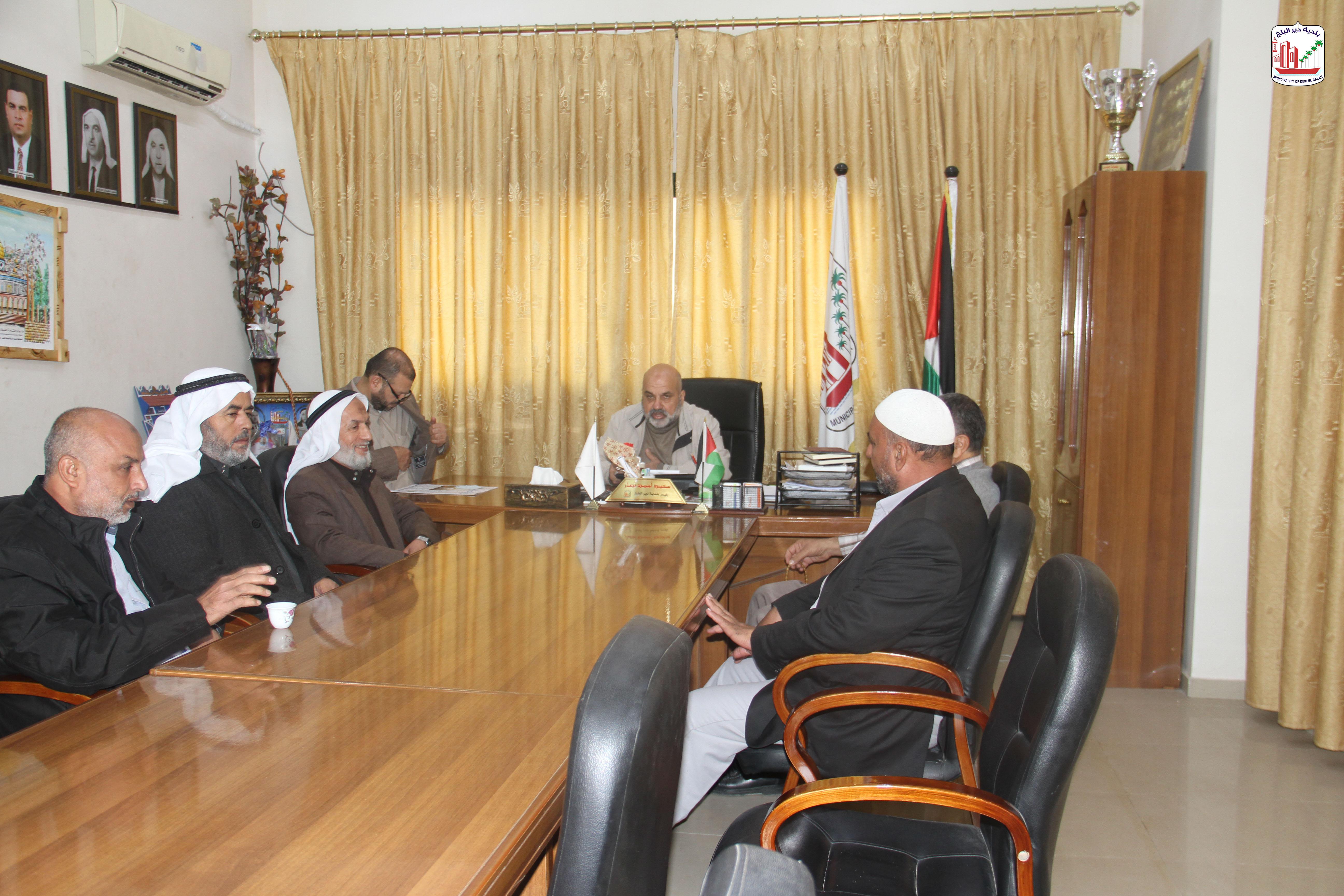 رئيس البلدية يستقبل وفد من لجنة حي حكر الجامع