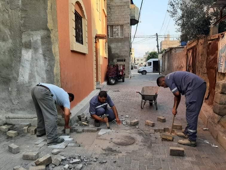 أعمال متواصلة ومستمرة لصيانة الشوارع بدير البلح