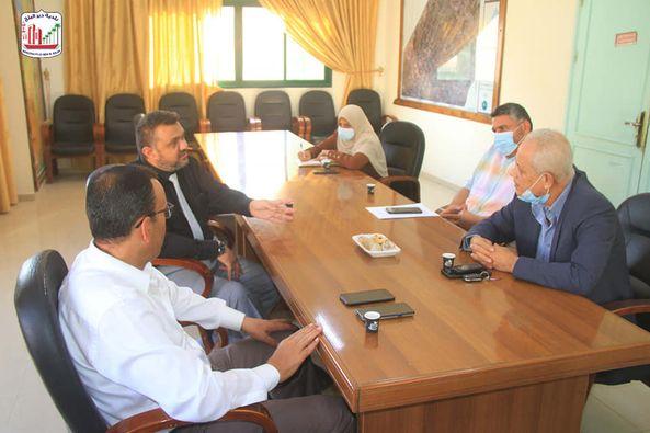 بلدية دير البلح تبحث سير العمل في محطتي تحلية مياه و الجنوب