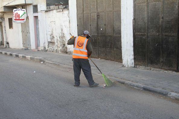 صناع الجميل بمدينة دير البلح يعملون للحفاظ على مستوى النظافة بالمدينة