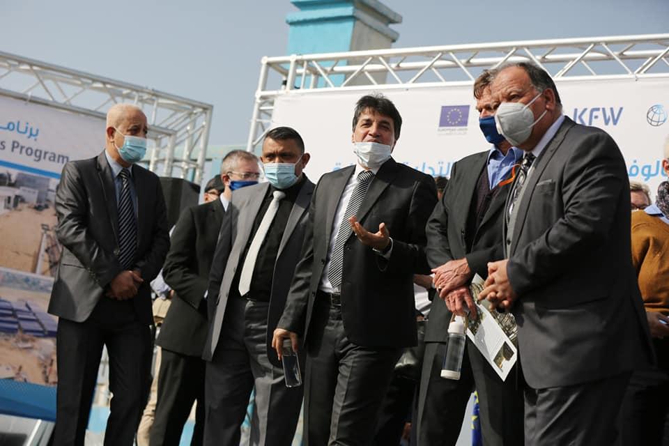 رئيس بلدية دير البلح دياب الجرو خلال مرافقته لوفد سفراء الاتحاد الأوروبي بزيارتهم لمحطة التحلية بدير البلح